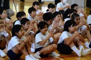 正しい手の洗い方を確認する児童=29日、龍郷町