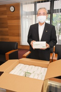 朝山奄美市長宛てに寄付されたマスク1500枚=11日、市役所