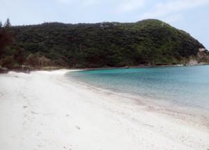 閑散とした実久海岸=1日、瀬戸内町の加計呂麻島
