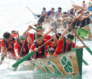 毎年熱戦を繰り広げる奄美まつりの舟こぎ競争=2019年8月、奄美市名瀬