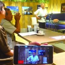 徳之島のアーティストの元気な歌声をライブ配信した「とくのしまから よーにうがめら」=30日、徳之島町亀津