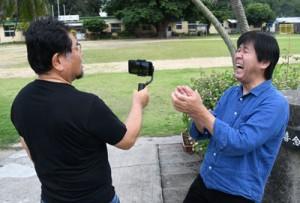 軽快なトークを交えながら、徳之島の日常を紹介する丸野さんと加川さん(右から)=15日、伊仙町喜念