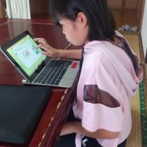 タブレットを使って自宅学習に励む花徳小の植木さん=1日、徳之島町花徳