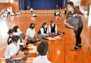 生徒らが奄美の現状や課題に理解を深めた座談会=13日、奄美市笠利町の大島北高校