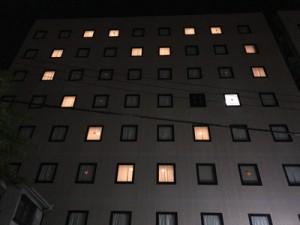 夜の街に浮かび上がるハートのマーク=2日、奄美市名瀬