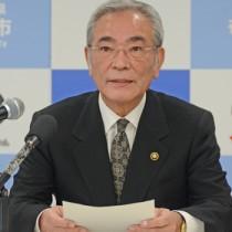 総額47億円の支援策を発表する朝山市長=1日、奄美市名瀬