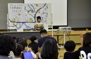 学びの成果を発表する児童=20日、龍郷町