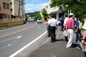 通学路の危険箇所を点検する市通学路安全推進会議の委員ら=3日、奄美市名瀬