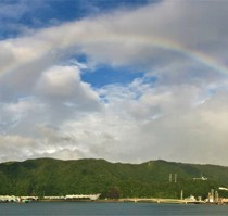 奄美市の名瀬港上空に架かった虹=9日