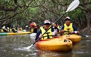 カヌーでマングローブ散策を楽しむ高校生=19年9月26日、奄美市住用町