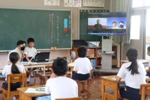 テレビ会議システムを活用した5年生の授業=25日、早町小学校