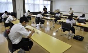 マスク着用などの感染症対策を行いスタートした「龍進未来塾」=6日、龍郷町