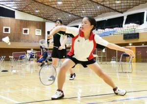 大島、奄美、大島北の3校が団体と個人で熱戦を繰り広げたバドミントン競技=13日、奄美市の名瀬総合体育館