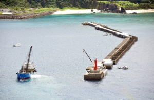 復旧工事が進む沖防波堤=4日、奄美市の名瀬港