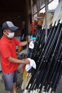 カヌー用具を消毒するマングローブパークのスタッフ=17日、奄美市住用町