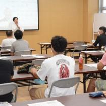 若手農家ら25人が参加した農業研修会=20日、和泊町