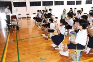 平城さん(左)から奄美の動植物について学んだ児童生徒ら=13日、奄美市名瀬
