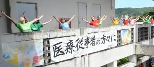 撮影のワンシーン。気持ちを込めてダンスを披露する生徒たち=13日、奄美市名瀬
