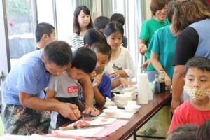 刺し身作りを体験した子どもたち=21日、喜界町の塩道公民館