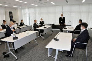 共同メッセージや今後の方針を協議した奄美大島新型コロナウイルス感染症対策本部会議=12日、奄美市役所