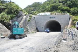 順調に工事が進む宮古崎トンネルの名瀬根瀬部側坑口=5月28日、奄美市