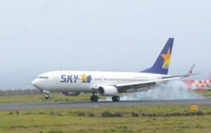約40日ぶりに奄美空港に降り立ったSKY381便=12日午前11時20分ごろ、奄美市笠利町