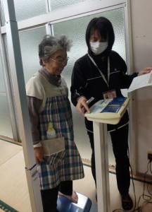 宇検村の健康教室で体重測定をする住民(村写真)