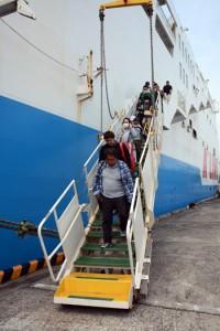 新型コロナウイルスの影響で利用客が大幅に減少した奄美・沖縄航路の定期船=4月2日、沖永良部島の和泊港