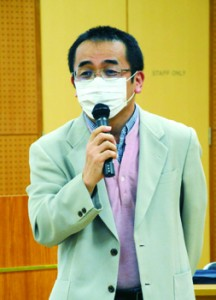 講演する野崎氏=28日、奄美市名瀬の県立奄美図書館