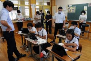 ウェブ会議システムを活用し、行われた授業研究・校内研修=22日、龍郷町の円小学校