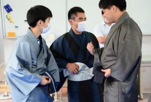本場奄美大島紬の着付けを体験する生徒=17日、奄美市笠利町