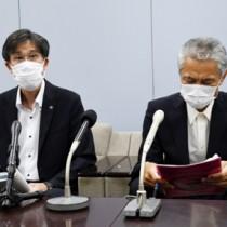 地区予選の実施などについて説明する県高野連の月野会長(左)=5日、鹿児島市