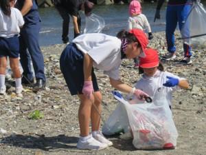 海岸のごみを拾う円小の児童=龍郷町(提供写真)