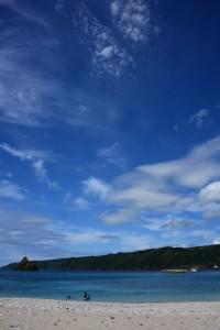真夏日となり青空が広がった海岸=3日、奄美市名瀬