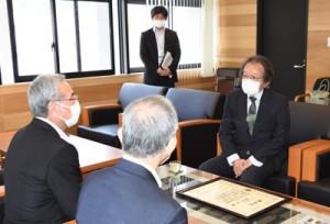 環境大臣賞の受賞を朝山市長(左)へ報告した常田さん(右)=4日、奄美市名瀬