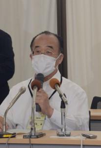 新たに確認された新型コロナウイルス感染者について会見する泉尾護保健所長=12日、鹿児島市役所