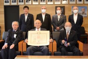 瑞宝双光章を受章した有村さん(前列中央)=9日、奄美市名瀬