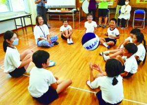 寄贈された布製ボールで遊ぶ森さんと児童ら=4日、龍郷町円小学校