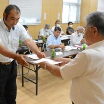 畑かんマイスターの委嘱状を受け取る農業従事者=9日、和泊町