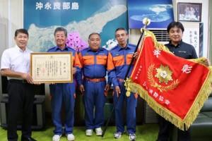 今井町長(左)から表彰状を受け取る永田団長=10日、知名町(提供写真)
