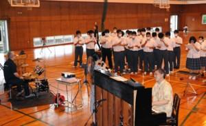 講師による演奏で「懐かしい未来へ」を合唱する生徒たち=8日、奄美市笠利町の大島北高校