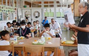 県産和牛を味わいながら、生産者から畜産の説明を聞く児童ら=10日、和泊町の大城小学校