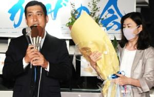 詰め掛けた支持者に感謝を述べる塩田氏=12日午後11時15分ごろ、鹿児島市荒田の選挙事務所