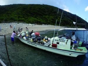 ウミガメの産卵浜で漂着ごみを回収した関係者ら=28日、奄美市名瀬(提供写真)
