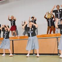 軽快にダンスを披露する沖永良部高校の生徒=17日、同校体育館