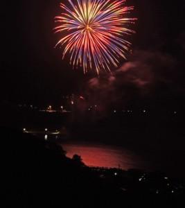 新型コロナの収束を願い打ち上げられた花火=7日夜、奄美市笠利町赤木名