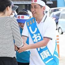 選挙期間中、徳之島で有権者と笑顔で握手を交わす次期知事の塩田康一さん=6月29日、伊仙町
