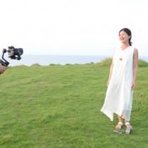 新曲のPV撮影をする大山さん(右)=6月24日、和泊町