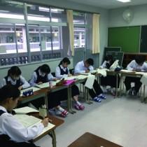 手作業でアンケートの集計に取り組む大島高校新聞部の部員(提供写真)
