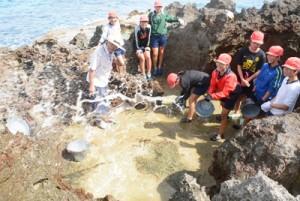 汐干し体験をする国頭小学校の児童ら=7日、和泊町国頭の海岸
